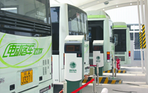 New electric buses and a charging station in Chengdu City. (Source: http://scnews.newssc.org/system/2012/07/31/013588311.shtml)