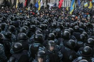 ယူကရိန္းပါလီအေဆာက္အဦ ေ႐ွ့မွာ ရဲနဲ့ ဆနၵျပ ျပည္သူလူထု ထိပ္တိုက္ေတြ့ေနစဥ္ (Reuters)