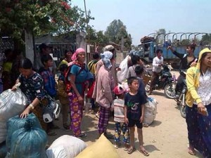 ကခ်င္ျပည္နယ္အတြင္းရွိ တိုက္ပဲြမ်ားေၾကာင့္ ဧၿပီလ ၁၀ ရက္ေန႔ ဒုကၡသည္မ်ား ေနရပ္မွ ထြက္ခြာေနစဥ္ (ဓာတ္ပံု - Kachin Land)