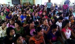 သစ္အေခ်ာထည္ အလုပ္သမား ၁၀၀၀ ခန္႔ မႏၱေလးကို ဆႏၵျပရန္ ခ်ီတက္ ေဆြးေႏြးေနစဥ္ (ဓာတ္ပံု - Kyaw Gyi AB)