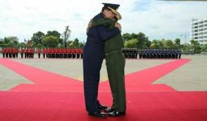 ဗုိလ္ခ်ဳပ္မွဴးႀကီးမင္းေအာင္လႈိင္ႏွင့္ ထုိင္းစစ္တပ္ကာကြယ္ေရး ဦးစီးခ်ဳပ္ (ဓာတ္ပုံ- Senior General Min Aung Hlaing-Facebook)
