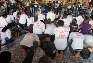 ဖမ္းဆီးခံ မီဒီယာသမားမ်ား လြတ္ေျမာက္ေရးအတြက္ ၀တ္ျပဳဆုေတာင္းေနစဥ္